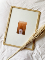 wanddecoratie-hout-smalle-fotolijst-in-eikkleur-met-passe-partout-voor-foto-10x15cm