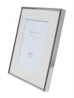 wanddecoratie-metaal-fotokader-met-smalle-metalen-omlijsting-in-glanzende-zilverkleur-en-passe-partout