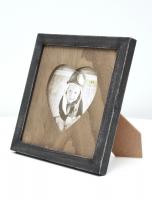 wanddecoratie-hout-kader-in-zwart-met-houten-passe-partout-met-hartvormige-uitsnit